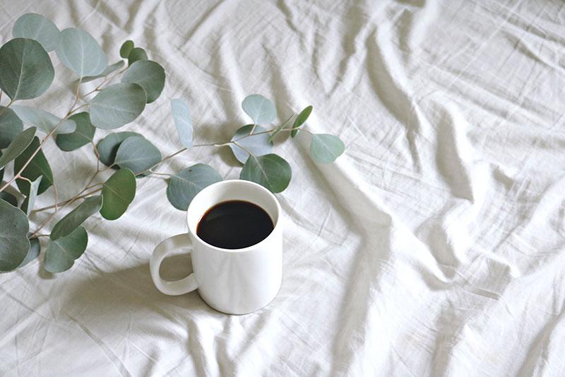 Чи вимиває кава кальцій із кісток?